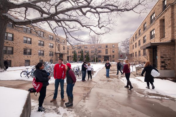 students walking through the Kronshage courtyard in winter